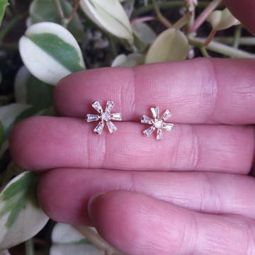 Brinco pequeno em forma de flor com pedra folheado a ouro