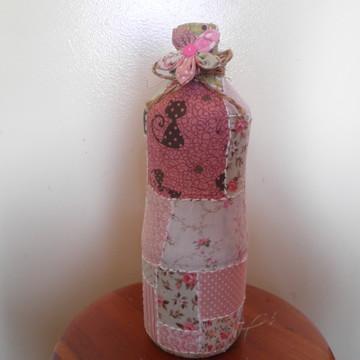 Garrafa decorada em tecido e fuxico
