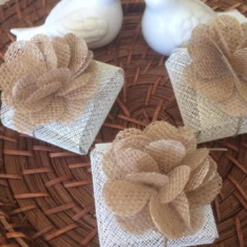 25 Embalagens Rústicas de Juta para bem casado com Flor