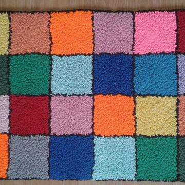 Tapete quadrados coloridos (barbante e antiderrapante)