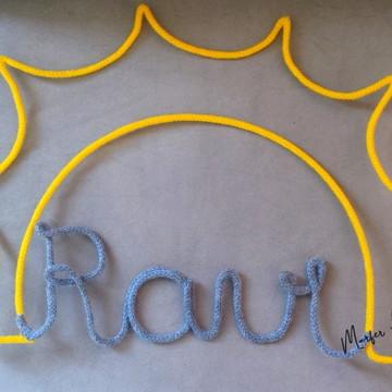Nome 04 letras em Tricotin + desenho Sol Porta Maternidade