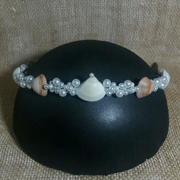Coroa de conchas e pérolas
