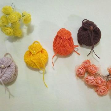 Lembrancinha mochila miniatura em crochê