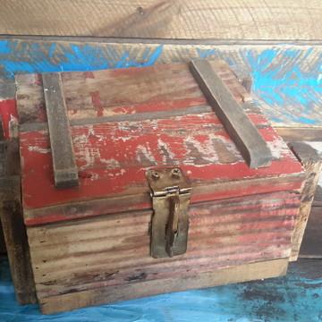 Caixa artesanal estilo exército em madeira recuperada