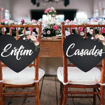 """Placa Cadeira dos noivos em MDF """"Enfim / Casados."""""""