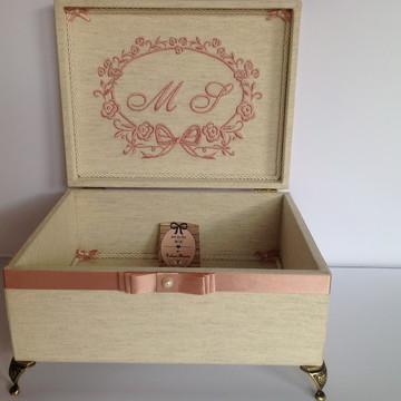 Caixa Bordada Linho Cru com rosa velho