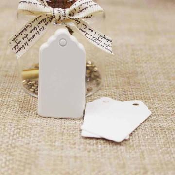 Tag em papel branco com furo carimbo etiqueta