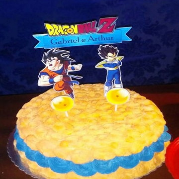Bolo coberto com chantininho tema Dragon Ball