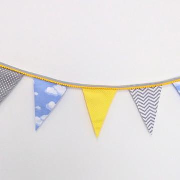 Bandeirolas amarelo, cinza e azul com pompons