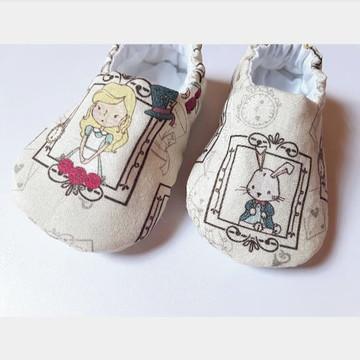 Pantufa de bebê em tecido - Alice e Coelho