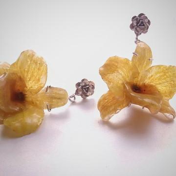 Brinco com orquídea amarela