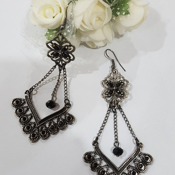 brinco bijuteria prata velha com strass preto