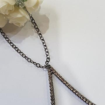 colar bijuteria grafite com triângulo de strass