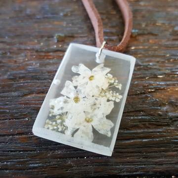 Colar resina flor natural