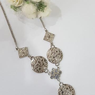 colar bijuteria prateado com contas azuis