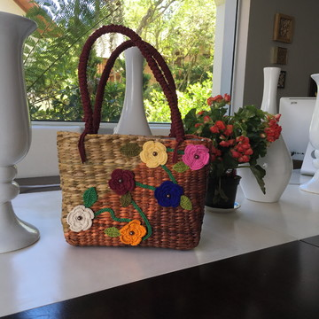Bolsa de palha personalizada em flores de crochê