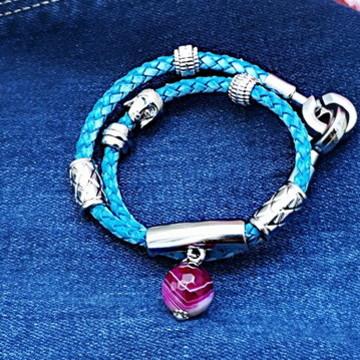 Pulseira de couro azul com pingente de Ágata Pink Mesclada