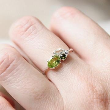 Anel cluster de pedras verdes