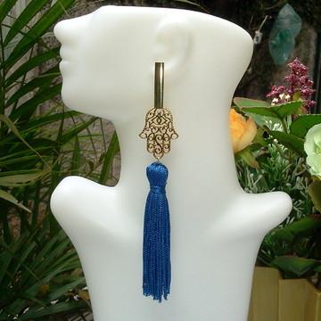 Maxi Brinco longo dourado com mão de Hamsa e tassel azul