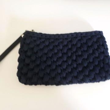 clutch em crochê com alça em couro marinho