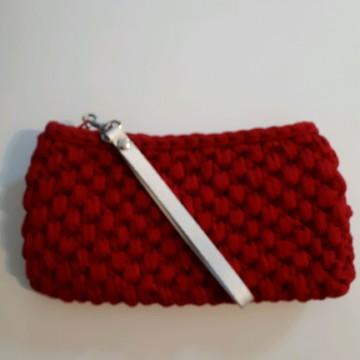 clutch em crochê com alça em couro vermelha