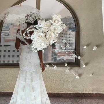 Arranjo delicado off white com flores de 2cm