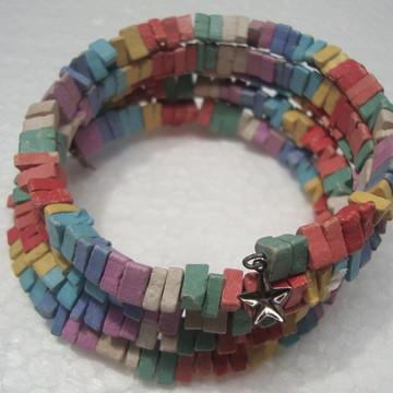 Bracelete espiral com cascalhos coloridos