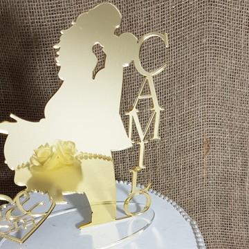 Topo bolo casal noivinhos acrílico dourado sobrenome m5