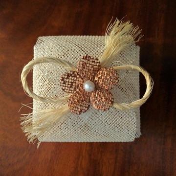 Embalagem de bem-casado: Pérola com Flor e Sisal Rústico