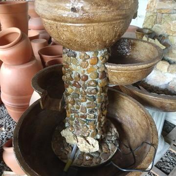 Fonte de agua feita de pedra.
