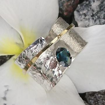 Anel de prata com detalhe em ouro18K. e Zafira azul.