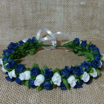 Coroa de flores azul com branco