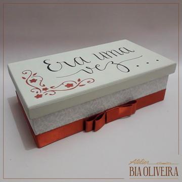 Caixa em MDF forrada de tecido e escrita à mão na tampa