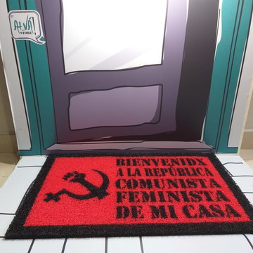 Feminismo + Comunismo (vermelho e preto)