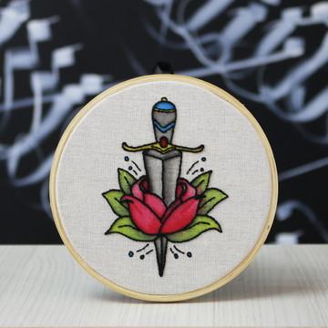 Bastidor Bordado em Aquarela Tatuagem de Adaga