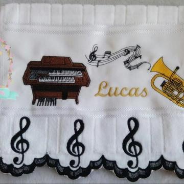 Toalha bordada notas musicais com barrinha