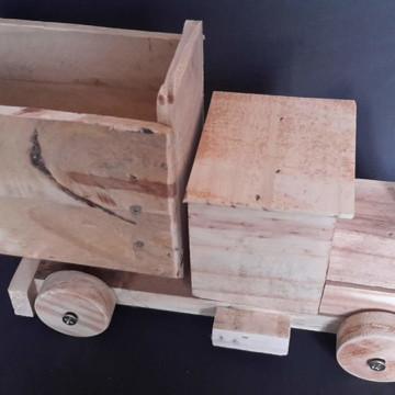 Caminhão de madeira artesanal rústico