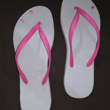 df17594f73 Chinelo branco c  correia strass rosa