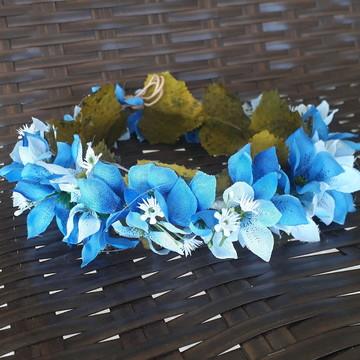 Coroa de flores com mini lírios e gipsophilas