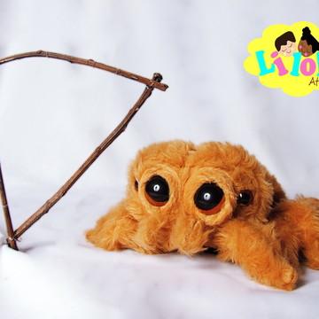 Lucas aranha em pelúcia com harpa
