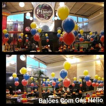 Arranjo de mesa dos convidados com balões duplos
