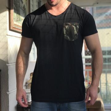 938781875 Camiseta Preta Com Bolso Camuflado Masculina