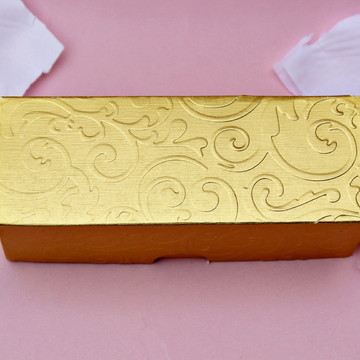 Caixa para três trufas dourada 4,5x4x12,5cm