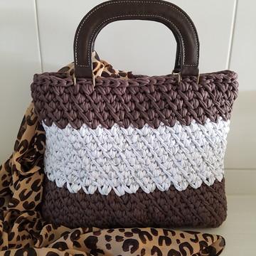 Bolsa em fio de malha com alça de couro