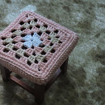 Banqueta de madeira com capa de crochê