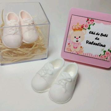 Lembrancinha Maternidade Par Sapatinhos Branco na Caixinha