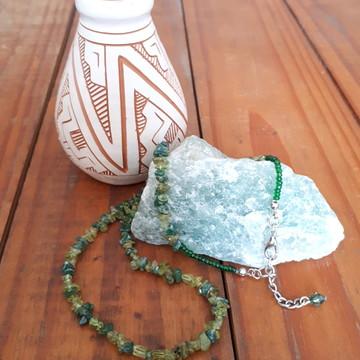 Colar com mix de pedras verdes