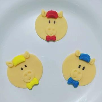 Aplique em pasta americana três porquinhos