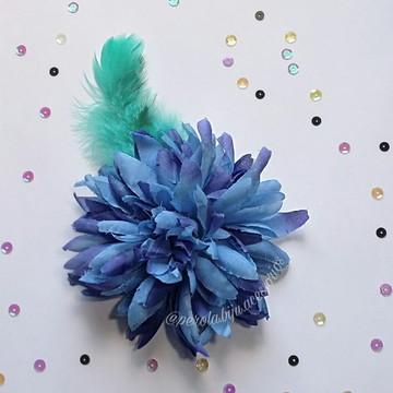 Presilha de Flor Azul com penas Carnaval