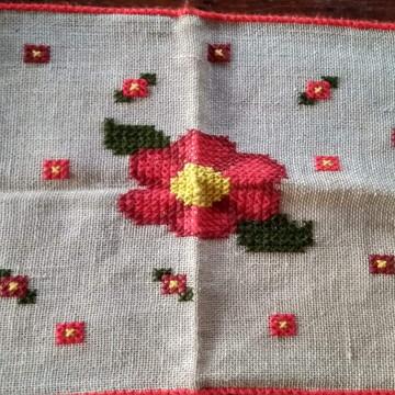 Tapete de juta bordado com lã